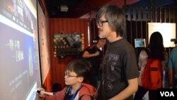 香港市民鄧先生與兒子參觀六四紀念館,鄧先生希望讓子女了解六四事件的歷史真相,更全面地認識中國。(美國之音湯惠芸拍攝)