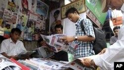지난 20일 버마 양군시의 가판대에서 신문을 사보는 주민들. 버마 정부는 최근 정치개혁의 일환으로 언론 검열을 완화했다.