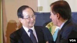 台灣前總統府資政吳里培(左)(美國之音容易拍攝)