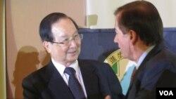 台湾前总统府资政吴里培(左)(美国之音容易拍摄)