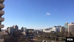 连续四天雾霾天气和一夜北风之后,北京12月2日又见蓝天白云。东长安街建国门立交桥远眺(2015年12月2日,美国之音叶兵拍摄)