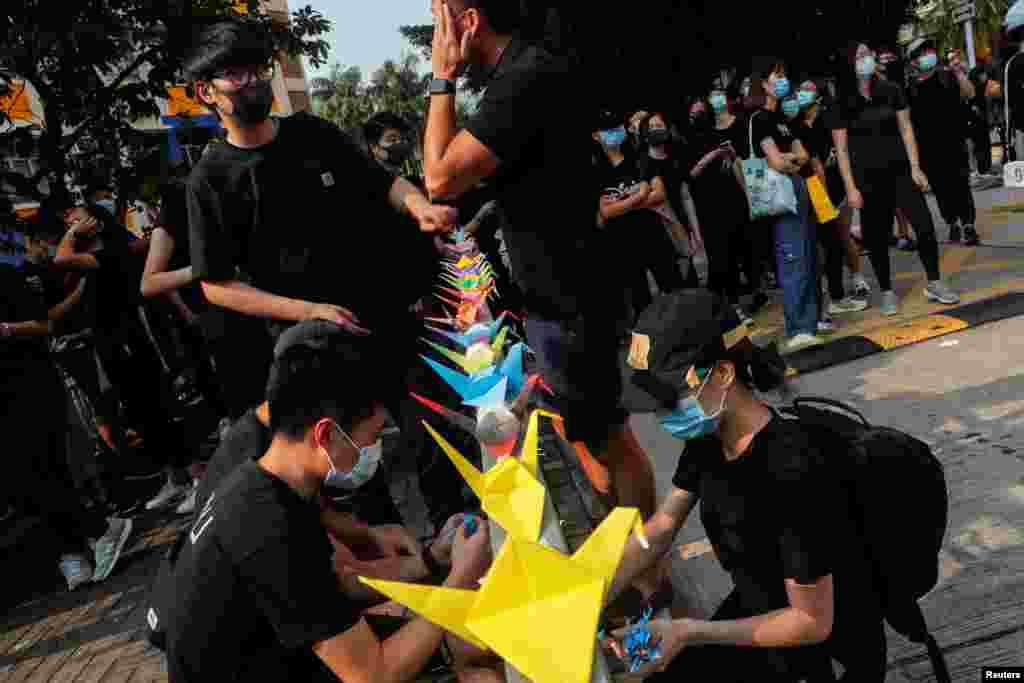 مظاہروں کے دوران پولیس کی فائرنگ سے ایک مقامی طالب علم کی ہلاکت کے بعد پرتشدد کارروائیوں میں بھی اضافہ دیکھا جا رہا ہے۔ طالب علم سے اظہار یکجہتی کے سبب بھی مظاہرین کی تعداد میں غیر معمولی اضافہ نوٹ کیا گیا۔