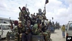 Al-Shabab fighters conduct military exercises in northern Mogadishu, Somalia, October 21, 2010.