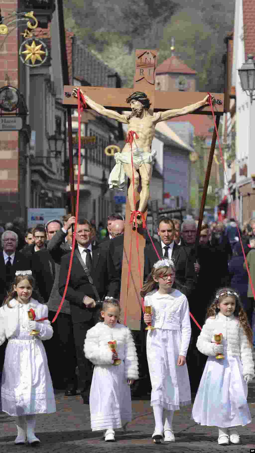 Procesión de Viernes Santo por el centro de Lohr am Main, Alemania. Foto AP.