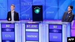 Máy tính Watson (giữa) vượt trội hơn nhiều so với hai người dự thi là các cựu vô địch Ken Jennings và Brad Rutter