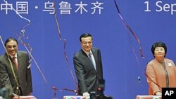 中國副總理李克強(中)、巴基斯坦總統扎爾達里(左)和吉爾吉斯斯坦總統奧通巴耶娃(右)9月1日在烏魯木齊舉行的中國-亞歐博覽會開幕式上