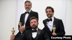 """Produser film """"Argo"""", dari kiri: George Cloney, Ben Affleck, dan Grant Heslov, berpose dengan piala Oscar mereka seusai menerima penghargaan sebagai Film Terbaik Tahun 2013 (Photo: Matt Petit/©A.M.P.A.S)"""
