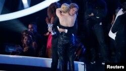 Miley Cyrus se fundió en un abrazo con Jesse, un indigente que la acompañó durante los pasados premios MTV.