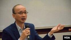 香港大學政治與公共行政學系教授陳祖為表示,修改基本法極難操作並可能引起反效果。(美國之音湯惠芸拍攝)