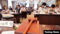27일 서울 세종로 프레스센터에서 '우리는 통일준비를 어떻게 할 것인가'를 주제로 광복 70주년 청소년 통일모의 국무회의가 열리고 있다. (자료사진)