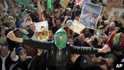 有大批卡扎菲的支持者聚集。