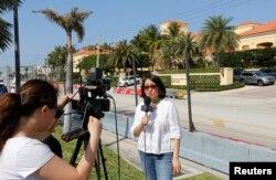 Reporter Voice of America memberi laporan dari depan Eau Palm Beach Resort and Spa tempat Presiden China Xi Jinping menginap di Manalapan, Florida, 5 April 2017.