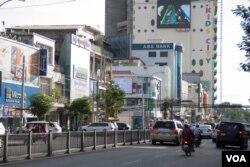 在金边,英语和高棉语的标志牌占据忙碌的西哈努克大道。