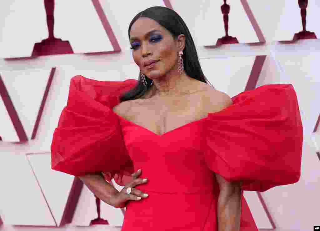 Angela Basset à chegada dos Oscars
