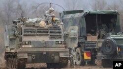 지난 7일 미군과 한국군의 연례 합동 군사훈련이 열린 연천에서 미군 병사가 장갑차 위에 앉아 있다.