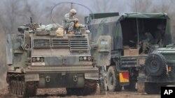 Binh sĩ Mỹ trên xe bọc thép trong cuộc tập trận chung với lực lượng Hàn Quốc tại Yeoncheon, gần biên giới Bắc Triều Tiên, ngày 7/3/2016.