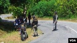 Polisi militer di Poso, Sulawesi Tengah. Menurut polisi, masih banyak buronan teroris bersembunyi di hutan. (Foto: Dok)