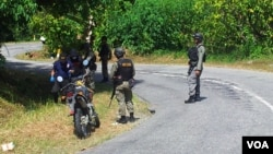 Brimob mengawal ketat pelaksanaan pra-rekonstruksi di lokasi kejadian penembakan tim Brimob di Poso, Sulawesi Tengah (VOA/YoanesLitha)