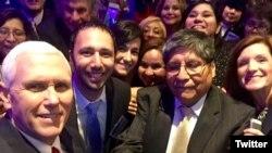 Vicepresidente Mike Pence, al frente a la izquierda, posa con asistentes a la cumbre anual de la Coalición Latina de pequeñas empresas en Washington D.C. Marzo 9, 2017. Foto: Coalición Latina.