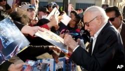 """Sten Li potpisuje autografe na premijeri filma """"Kapetan Amerika - Građanski rat"""" 12. aprila 2016."""
