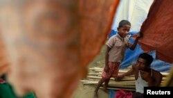 在缅甸罗兴亚难民营一处临时栖身所内的一户人家。(2014年4月2日)