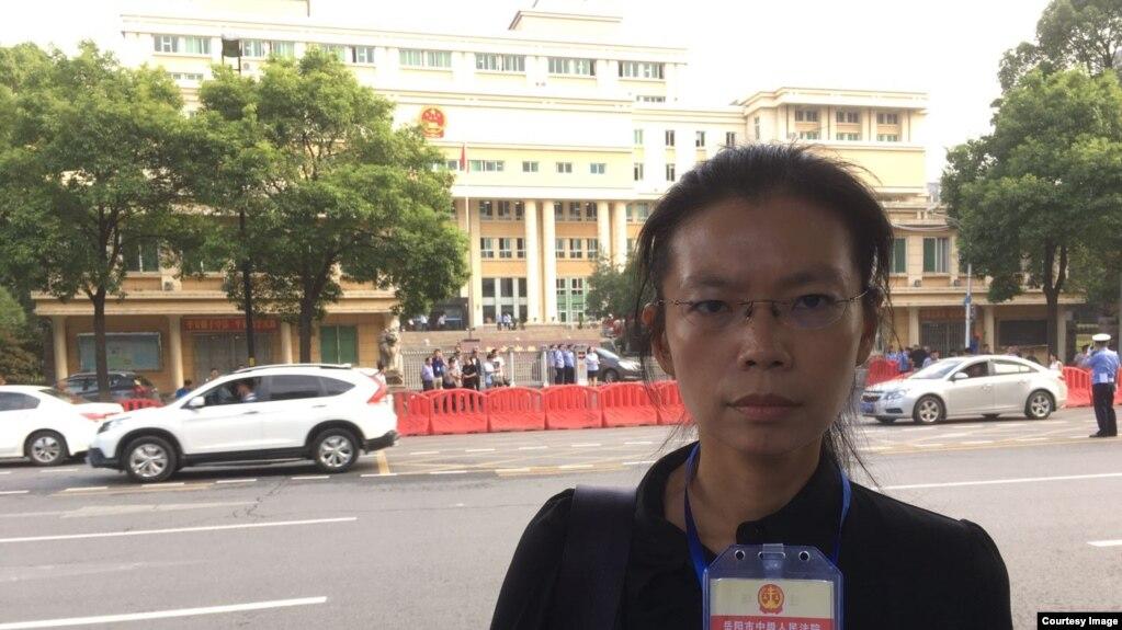 2017年9月11日,李明哲的妻子李净瑜进入法院前手持旁听证留影。(网友提供)