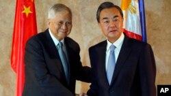 2015年11月10日,菲律賓外長羅薩里奧(左)迎接到訪的中國外長王毅(右)。