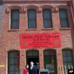 郑舒兰 (左)在华美博物馆前面