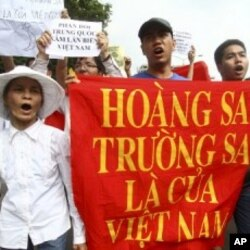 """2011年6月越南示威者的横幅上写着""""西沙群岛和南沙群岛属于越南"""""""
