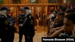 Le taux de harcèlement sexuel contre les femmes et les filles est tellement élevé en Egypte que celles qui vont seules au cinéma sont gardées derrière des clôtures par des policières au centre-ville du Caire, 15 juin 2018 (Photo H. Elrasam/VOA)