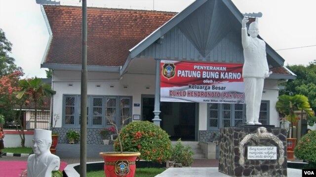 Patung Soekarno karya perupa Dukud Hendranoto dipasang di depan Museum Istana Gebang, Blitar, Jawa Timur (VOA/Petrus Riski)