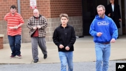 家人陪着孩子离开发生了枪击事件的马歇尔郡高中。(2018年1月23日)