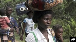 'Yan gudun hijira daga Ivory Coast suke tafiya a gabashin Laberiya.