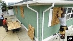 图为美国东部居民8月26日正在准备迎接飓风艾琳