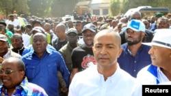 Moïse Katumbi, candidat déclaré à la succession du président Joseph Kabila, marche avec ses partisans vers le palais de justice pour une audience, à Lubumbashi, RDC, 9 mai 2016.