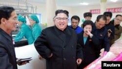북한 김정은 노동당 위원장이 김정숙평양제사공장을 시찰하면서 새로 건설된 노동자합숙소도 둘러봤다고 9일 조선중앙통신이 보도했다.