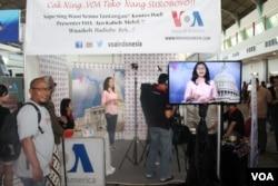 Kontes Presenter di Stand VOA Indonesia pada Festival Media dalam rangka memperingati HUT AJI ke-20 di Surabaya, Jumat, 16 Mei 2014 (Foto: VOA/Petrus)