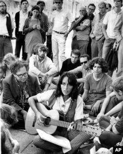 1967年9月,民歌手琼.贝兹坐在旧金山的一个街头角落,为大家演唱
