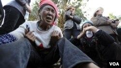 Keluarga korban kebocoran gas di penambangan batubara di Shizong, propinsi Yunan, Tiongkok menunggu kabar nasib keluarganya (10/11). Dikabarkan 20 orang tewas dan 23 lainnya masih terperangkap dalam area penambangan.