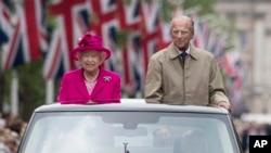 Pangeran Phillip (kanan) bersama Ratu Inggris Elizabeth pada perayaan HUT Ratu Elizabeth ke-90 di London, Inggris April 2016 (foto: dok).