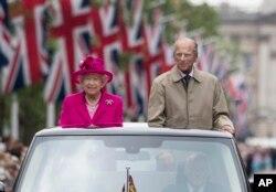 معمولا ملکه بریتانیا و همسرش در مراسم عمومی حاضر می شدند اما از آگوست همسر ملکه در مراسم عمومی حاضر نمی شود.