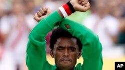 Le medaille d'argent Feyisa Lilesa, faisant le geste de protestation aux JO de Rio le 21 août 2016. (AP/ Robert F. Bukaty)