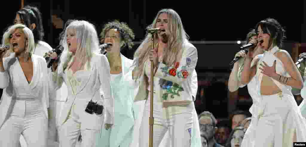 នាង Kesha (រូបស្តាំទី២) ច្រៀងបទ Praying ជាមួយនាង Bebe Rexha (រូបកណ្តាល) នាង Cyndi Lauper និងនាង Camila Cabello (រូបស្តាំ) ក្នុងកម្មវិធីទទួលពានរង្វាន់ Grammy ប្រចាំឆ្នាំលើកទី៦០ នៅក្នុងក្រុងញូវយ៉ក កាលពីថ្ងៃទី២៨ ខែមករា ឆ្នាំ២០១៨។