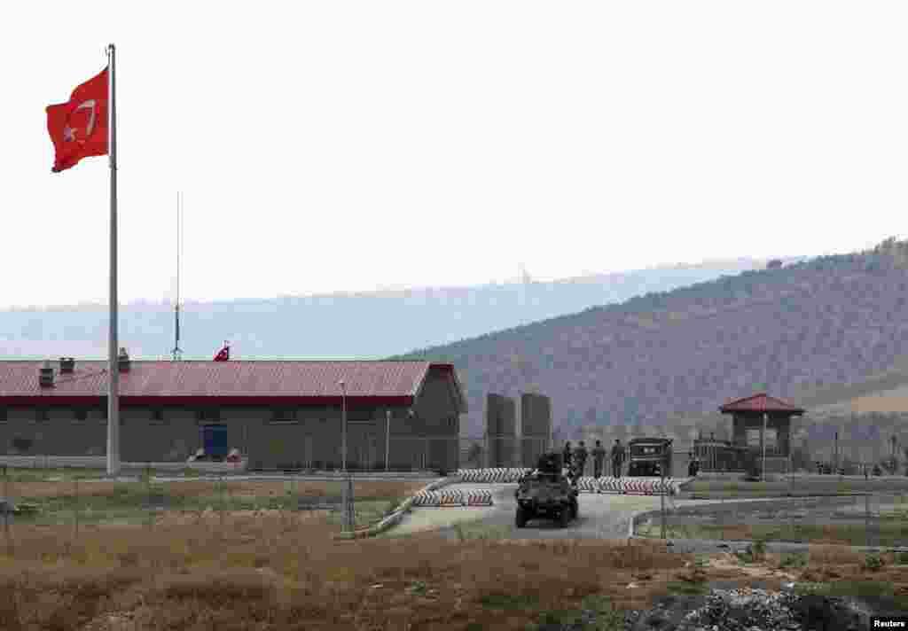 2012年10月9日在土耳其南部哈塔伊省位於土耳其和敘利亞邊界附近一個軍事基地,一輛土耳其的裝甲車輛開出軍營。(路透社)