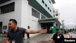 تھائی پولیس کے اہلکار اس اسپتال کے باہر موجود ہیں جہاں بچوں کو طبی امداد دی جائے گی۔