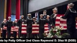 Para pelaut melipat tujuh bendera Amerika dalam upacara peringatan di Yokosuka, Jepang, 27 Juni 2017 untuk menghormati tujuh pelaut yang ditugaskan di kapal perusak USS Fitzgerald yang tewas dalam insiden tubrukan kapal di laut (foto: AL AS/Petty Officer 2nd Class Raymond D. Diaz III)