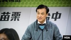 民進黨競選負責人蘇嘉全表示,由於投票率較低,很難判斷與國民黨之間的輸贏。 (美國之音記者方正拍攝)
