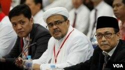 Ketua Umum FPI dan Wakil Ketua Umum MUI saat mengikuti gelar perkara kasus dugaan penistaan agama yang dilakukan Gubernur Jakarta non aktif Basuki Tjahaja Purnama alias Ahok di gedung Rupatama, Mabes Polri Selasa 15/11 (VOA/Fathiyah).