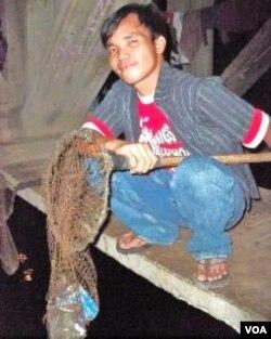Anto, 27 tahun, penghuni kolong jembatan Guntur yang mencari penghasilan dengan memulung sampah plastik.