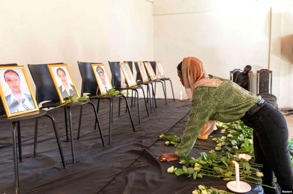 에티오피아 아디스아바바에서 '보잉 787 보잉 맥스 8' 추락 사고 숨진 희생자들의 추모행사가 열린 가운데 에티오피아항공조종사협회 회원이 희생자들의 사진을 보며 눈물을 흘리고 있다.